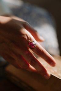 anneau d'or avec le rubis sur le doigt