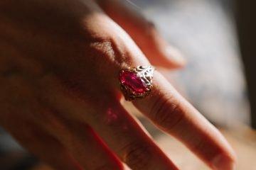 inel din aur cu rubin pe deget